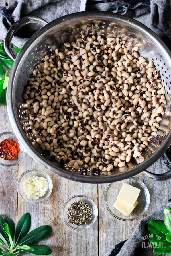 soaked black eyed peas in a colander